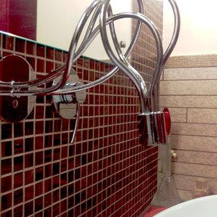 Foto de cuarto de baño principal, ecléctico, de tamaño medio, con armarios con paneles lisos, puertas de armario rojas, bañera esquinera, sanitario de pared, baldosas y/o azulejos beige, azulejos en listel, paredes blancas, suelo de baldosas de porcelana, lavabo sobreencimera, encimera de acrílico, suelo beige y encimeras rojas
