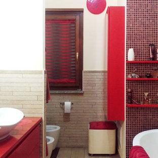 Imagen de cuarto de baño principal, bohemio, de tamaño medio, con armarios con paneles lisos, puertas de armario rojas, bañera esquinera, sanitario de pared, baldosas y/o azulejos beige, azulejos en listel, paredes blancas, suelo de baldosas de porcelana, lavabo sobreencimera, encimera de acrílico, suelo beige y encimeras rojas