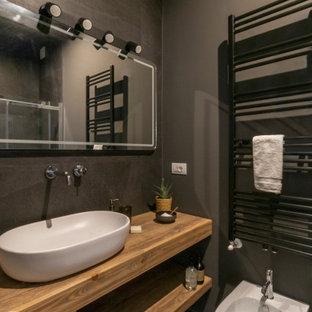 Immagine di una stanza da bagno con doccia contemporanea di medie dimensioni con nessun'anta, ante in legno chiaro, WC sospeso, piastrelle grigie, pareti grigie, pavimento in gres porcellanato, lavabo a bacinella, top in legno, pavimento grigio e top beige