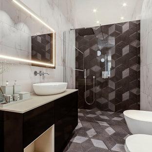 На фото: маленькая ванная комната в современном стиле с плоскими фасадами, черными фасадами, душем без бортиков, инсталляцией, мраморной плиткой, белыми стенами, мраморным полом, душевой кабиной, столешницей из искусственного камня, черным полом, открытым душем, бежевой столешницей, тумбой под одну раковину, подвесной тумбой и многоуровневым потолком с