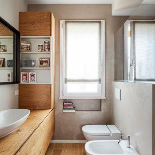 Неиссякаемый источник вдохновения для домашнего уюта: ванная комната в стиле модернизм с фасадами цвета дерева среднего тона, серыми стенами, столешницей из дерева, инсталляцией, светлым паркетным полом, настольной раковиной, бежевым полом и бежевой столешницей