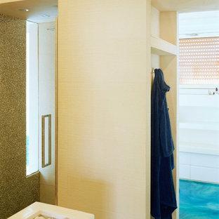 Imagen de cuarto de baño principal, moderno, de tamaño medio, con armarios con paneles lisos, puertas de armario blancas, suelo de baldosas tipo guijarro, suelo vinílico, encimera de madera, suelo turquesa y encimeras blancas