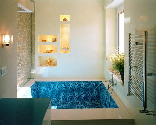 Bagno con ante turchesi italia foto idee arredamento for Piastrelle bagno turchese