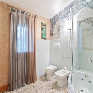 Mittelgroßes Asiatisches Badezimmer En Suite mit Eckbadewanne, Duschbadewanne, Wandtoilette mit Spülkasten, blauer Wandfarbe, Terrazzo-Boden, beigem Boden und Falttür-Duschabtrennung in Sonstige