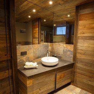 Inredning av ett rustikt litet badrum med dusch, med släta luckor, skåp i mellenmörkt trä, en kantlös dusch, en toalettstol med separat cisternkåpa, flerfärgad kakel, porslinskakel, flerfärgade väggar, klinkergolv i porslin, ett fristående handfat, bänkskiva i rostfritt stål, flerfärgat golv och dusch med gångjärnsdörr