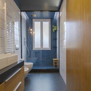 Ispirazione per una stanza da bagno padronale minimalista di medie dimensioni con ante in legno chiaro, doccia alcova, bidè, piastrelle bianche, pareti blu, pavimento in gres porcellanato, lavabo rettangolare, top in quarzite, pavimento grigio e doccia aperta