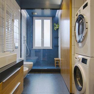 Стильный дизайн: большая ванная комната в современном стиле с душем в нише, биде, белой плиткой, синими стенами, полом из керамогранита, душевой кабиной, столешницей из кварцита, серым полом, серой столешницей, плоскими фасадами, фасадами цвета дерева среднего тона, настольной раковиной и открытым душем - последний тренд