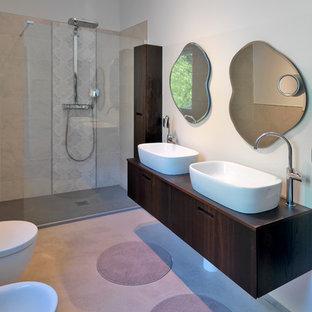 Idee per una stanza da bagno con doccia minimal con ante lisce, ante in legno bruno, doccia a filo pavimento, WC sospeso, pareti bianche, pavimento in cemento, lavabo a bacinella, top in legno e doccia aperta