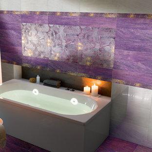 Modelo de cuarto de baño ecléctico, extra grande, con bañera exenta, baldosas y/o azulejos multicolor, baldosas y/o azulejos de porcelana, suelo de baldosas de porcelana y suelo violeta