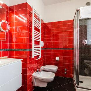 Idee per una stanza da bagno minimal con doccia ad angolo, WC sospeso, piastrelle rosse, piastrelle in ceramica, pareti bianche e lavabo integrato