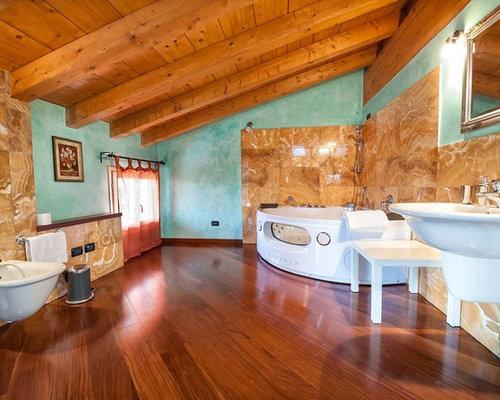 Stanza da bagno con piastrelle arancioni foto idee - Bagno piastrelle marroni ...