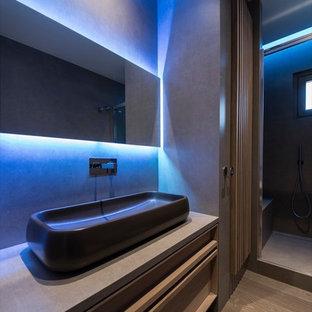Esempio di una piccola stanza da bagno con doccia contemporanea con ante a persiana, doccia aperta, WC a due pezzi, piastrelle in gres porcellanato, pavimento in legno verniciato, lavabo a bacinella, top piastrellato e porta doccia scorrevole