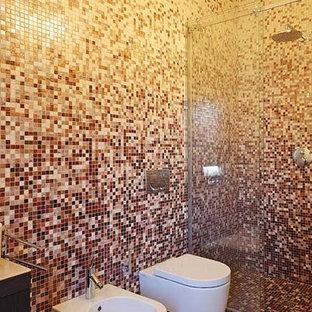 Стильный дизайн: главная ванная комната в современном стиле с плоскими фасадами, коричневыми фасадами, душем в нише, инсталляцией, красной плиткой, плиткой мозаикой, настольной раковиной и душем с раздвижными дверями - последний тренд