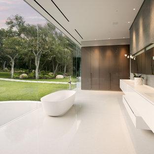 Выдающиеся фото от архитекторов и дизайнеров интерьера: главная ванная комната в стиле модернизм с плоскими фасадами, коричневыми фасадами, серыми стенами и монолитной раковиной