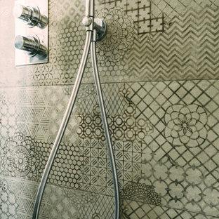 Идея дизайна: маленькая баня и сауна в стиле модернизм с плоскими фасадами, черными фасадами, душем в нише, бежевой плиткой, керамогранитной плиткой, белыми стенами, монолитной раковиной, столешницей из плитки, душем с распашными дверями, черной столешницей, нишей, тумбой под одну раковину и подвесной тумбой