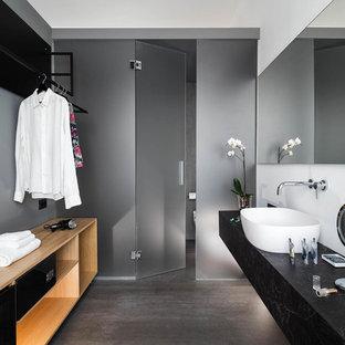 Esempio di una stanza da bagno design con ante nere, lavabo a bacinella, top nero, pareti grigie e pavimento grigio
