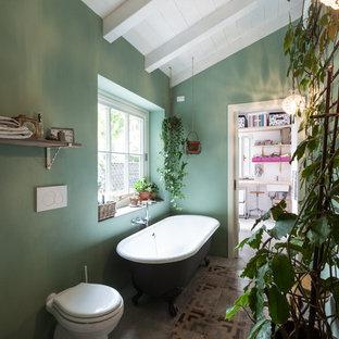 Ispirazione per una stanza da bagno padronale country con vasca con piedi a zampa di leone, WC monopezzo e pareti verdi