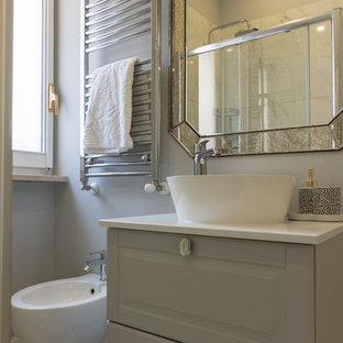 Esempio di una piccola stanza da bagno con doccia chic con ante con bugna sagomata, ante grigie, WC a due pezzi, pistrelle in bianco e nero, piastrelle a listelli, pareti grigie, pavimento in gres porcellanato, top in laminato, pavimento multicolore e top bianco