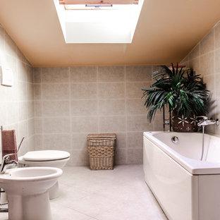 Idee per una stanza da bagno padronale tropicale di medie dimensioni con vasca ad alcova, vasca/doccia, bidè, pareti bianche, pavimento in legno massello medio, lavabo a colonna e pavimento marrone