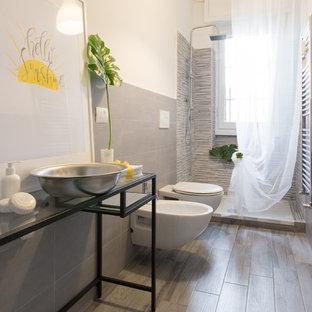 Ispirazione per una stanza da bagno con doccia scandinava di medie dimensioni con nessun'anta, ante nere, doccia aperta, bidè, pareti bianche, pavimento con piastrelle in ceramica, lavabo a bacinella, top in vetro e pavimento beige