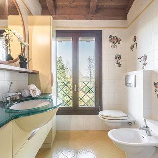 Foto di una stanza da bagno in campagna con bidè, pavimento con piastrelle in ceramica, lavabo sottopiano e top turchese