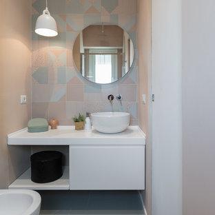 Idéer för funkis vitt badrum, med släta luckor, vita skåp, en bidé, grön kakel, rosa kakel, rosa väggar, ett fristående handfat och grönt golv