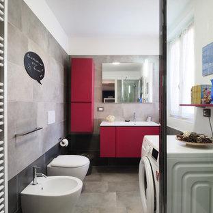 Mittelgroßes Modernes Duschbad mit flächenbündigen Schrankfronten, roten Schränken, Wandtoilette, grauen Fliesen, Porzellanfliesen, weißer Wandfarbe, Porzellan-Bodenfliesen, integriertem Waschbecken, grauem Boden und weißer Waschtischplatte in Mailand