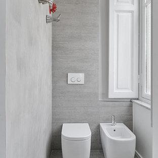 Immagine di una piccola stanza da bagno padronale design con vasca/doccia, bidè, piastrelle grigie, piastrelle in ceramica e pareti bianche