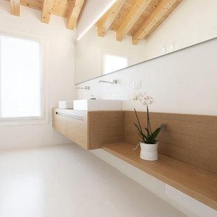 Foto di una stanza da bagno con doccia contemporanea di medie dimensioni con ante in legno chiaro, doccia a filo pavimento, pareti beige, top in legno, porta doccia a battente, ante lisce, piastrelle bianche, lavabo a bacinella, pavimento bianco e top marrone