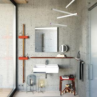 Idee per una stanza da bagno per bambini industriale di medie dimensioni con pareti grigie, parquet chiaro, lavabo sospeso, pavimento beige, nessun'anta e piastrelle grigie