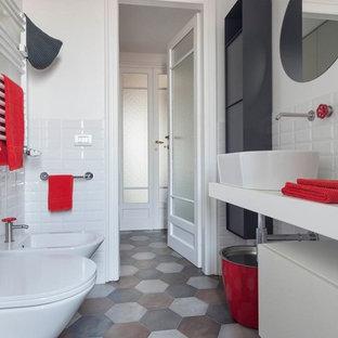 Foto di una stanza da bagno con doccia minimal di medie dimensioni con ante bianche, piastrelle bianche, piastrelle diamantate, pareti bianche, pavimento in gres porcellanato, lavabo a bacinella, top in cemento, pavimento multicolore, top bianco, ante lisce e bidè