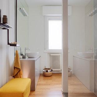 Ispirazione per una stanza da bagno con doccia design di medie dimensioni con ante lisce, ante grigie, doccia alcova, pareti bianche, pavimento in legno massello medio, lavabo a bacinella, pavimento beige e top grigio