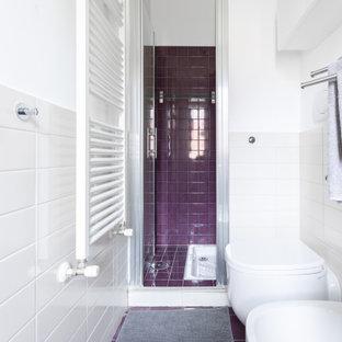 Esempio di una piccola stanza da bagno con doccia con WC sospeso, piastrelle bianche, pareti bianche, pavimento con piastrelle in ceramica, lavabo sospeso, pavimento viola, porta doccia a battente e un lavabo