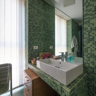 Ejemplo de cuarto de baño principal, contemporáneo, pequeño, con armarios con paneles lisos, puertas de armario de madera clara, ducha empotrada, sanitario de dos piezas, baldosas y/o azulejos verdes, baldosas y/o azulejos en mosaico, paredes verdes, suelo de baldosas de cerámica, lavabo de seno grande, encimera de azulejos, suelo verde, ducha con puerta con bisagras y encimeras verdes