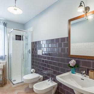 Immagine di una stanza da bagno in campagna di medie dimensioni con doccia ad angolo, WC sospeso, piastrelle marroni, piastrelle in ceramica, pavimento in terracotta, lavabo sospeso e porta doccia scorrevole