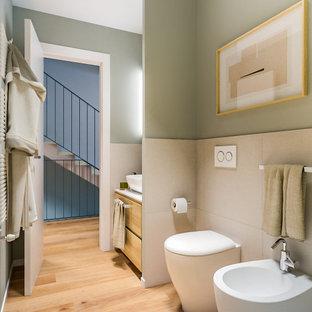 Kleines Modernes Duschbad mit flächenbündigen Schrankfronten, hellen Holzschränken, Duschnische, Wandtoilette mit Spülkasten, farbigen Fliesen, Porzellanfliesen, grüner Wandfarbe, hellem Holzboden, Aufsatzwaschbecken, Laminat-Waschtisch, Schiebetür-Duschabtrennung, weißer Waschtischplatte, Einzelwaschbecken, schwebendem Waschtisch und eingelassener Decke in Mailand