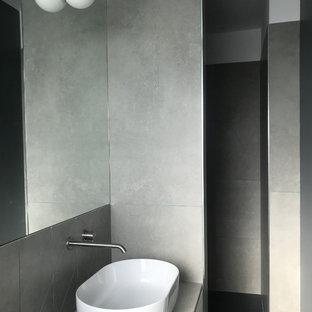 Удачное сочетание для дизайна помещения: большая главная ванная комната в современном стиле с плоскими фасадами, бежевыми фасадами, душем в нише, раздельным унитазом, серой плиткой, керамической плиткой, разноцветными стенами, полом из керамической плитки, настольной раковиной, столешницей из плитки, бирюзовым полом, открытым душем и серой столешницей - самое интересное для вас