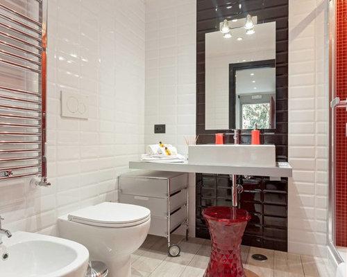 badezimmer mit edelstahl-waschtisch und schwarz-weißen fliesen, Hause ideen