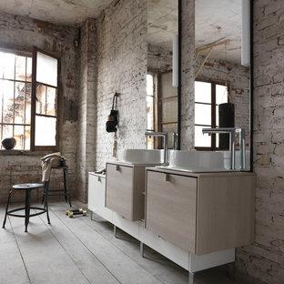 Modelo de cuarto de baño industrial, extra grande, con armarios con paneles empotrados, puertas de armario beige y lavabo sobreencimera
