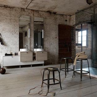 Свежая идея для дизайна: огромная ванная комната в стиле лофт с фасадами с утопленной филенкой, бежевыми фасадами и настольной раковиной - отличное фото интерьера