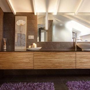 Esempio di una stanza da bagno con doccia design con ante lisce, ante in legno scuro e lavabo a bacinella