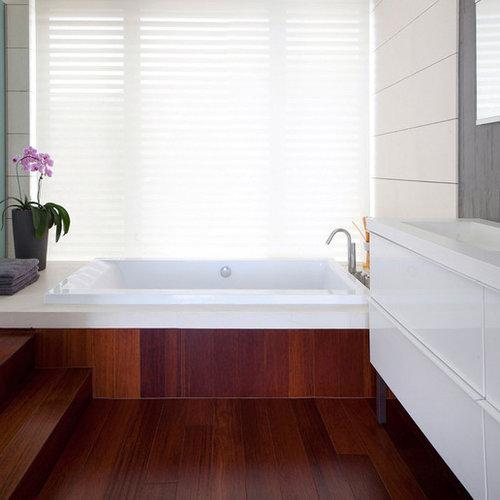 Bagno moderno con pavimento in legno massello scuro foto - Pavimento in legno bagno ...