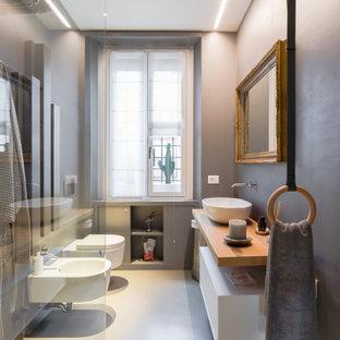 Esempio di una stanza da bagno minimal con ante lisce, ante bianche, pareti grigie, lavabo a bacinella, top in legno, pavimento grigio e top marrone