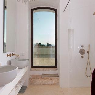 Immagine di una grande stanza da bagno padronale mediterranea con nessun'anta, ante bianche, doccia aperta, pareti bianche, lavabo a bacinella, pavimento beige e top bianco