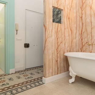 Immagine di una stanza da bagno padronale bohémian con vasca con piedi a zampa di leone, pareti multicolore, lavabo sospeso e pavimento multicolore
