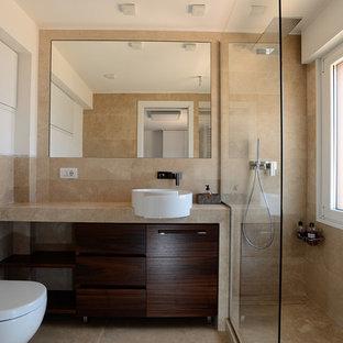 Ispirazione per una stanza da bagno con doccia minimal con ante lisce, ante in legno bruno, doccia ad angolo, WC sospeso, piastrelle beige, pareti bianche, lavabo a bacinella, pavimento beige e porta doccia scorrevole