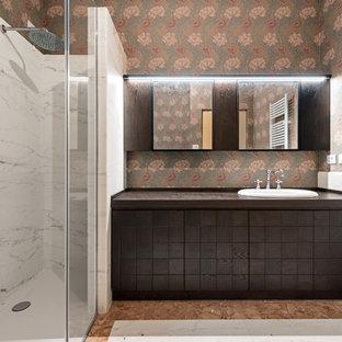 Immagine di una stanza da bagno padronale boho chic di medie dimensioni con ante marroni, doccia ad angolo, pistrelle in bianco e nero, pareti multicolore, lavabo da incasso, pavimento multicolore e porta doccia a battente
