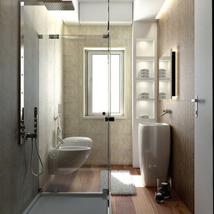 Ispirazione per una piccola stanza da bagno con doccia design con doccia ad angolo, piastrelle beige, pareti marroni, pavimento in legno massello medio, lavabo a colonna, WC sospeso e doccia aperta