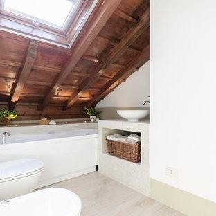 Ispirazione per una piccola stanza da bagno design con piastrelle beige, piastrelle in gres porcellanato, pareti bianche, pavimento con piastrelle effetto legno, lavabo a bacinella, top piastrellato, pavimento beige, top beige, travi a vista, soffitto a volta, soffitto in legno, nessun'anta, ante bianche, vasca ad alcova, WC sospeso, un lavabo e mobile bagno incassato