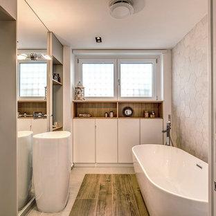 Esempio di una stanza da bagno padronale contemporanea con ante lisce, ante bianche, vasca freestanding, piastrelle grigie, pareti grigie, parquet scuro, lavabo a consolle e pavimento marrone